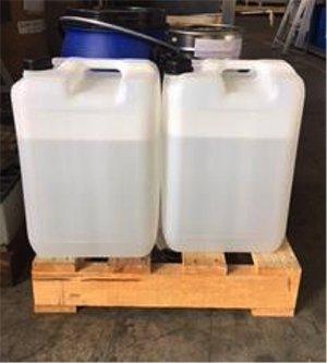 Taniche in plastica con solvente distillato